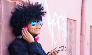 戴墨镜的听歌音乐人物摄影高清图片