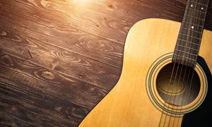 桌子上的一把吉他特写摄影高清图片