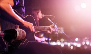 演唱会台上的演出人物摄影高清图片