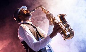 吹奏萨克斯的音乐人物摄影高清图片