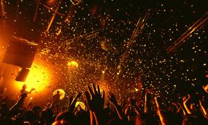 在演唱会上激情的观众摄影高清图片
