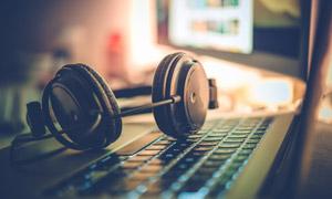 電腦鍵盤上的耳機特寫攝影高清圖片