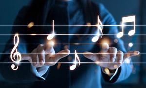双手弹乐谱的人物特写创意高清图片