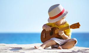 在海边沙滩上弹吉他的小孩 澳门线上必赢赌场