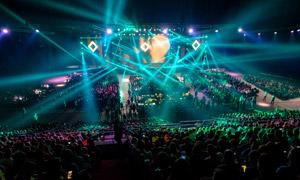 在炫麗燈光下的演唱會攝影高清圖片