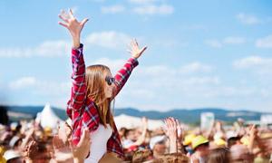 在音樂節上舉起雙手的美女高清圖片