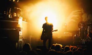 演唱會現場的歌手逆光攝影高清圖片