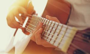 撥動吉他琴弦的手特寫攝影高清圖片