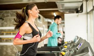 戴著耳機聽音樂的慢跑人物高清圖片