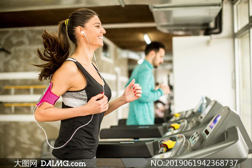 戴着耳机听音乐的慢跑人物高清图片