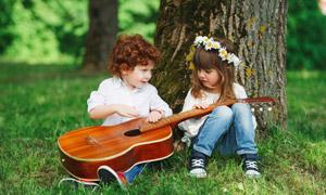 对吉他感兴趣的小朋友摄影 澳门线上必赢赌场