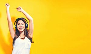 举起手律动的美女人物摄影高清图片