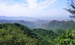 蓝天下的山顶风光高清摄影图片