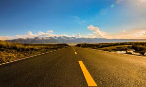 蓝天下的柏油公路摄影图片