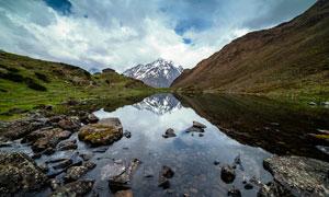 雪山脚下的湖泊美景摄影图片