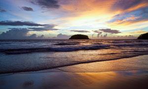 夕阳下的海边沙滩美景摄影图片