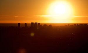 夕阳下的城市景观摄影图片