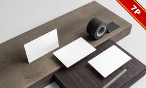 木板上的名片信封展示效果样机模板
