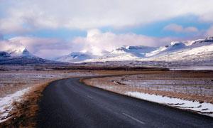 雪山脚下高原公路高清摄影图片