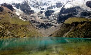 雪山下的湖泊美景高清摄影图片