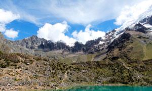晴空下的山水湖畔攝影圖片