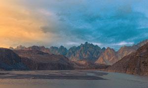 夜幕下的山水湖畔攝影圖片