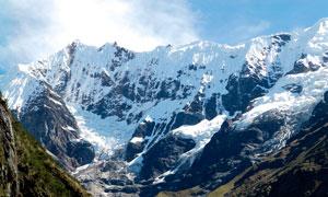 藍天下的雪山景觀高清攝影圖片
