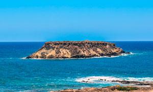 晴空下的海中海島高清攝影圖片