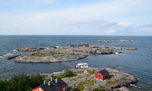海边岛屿和停泊的游轮摄影图片