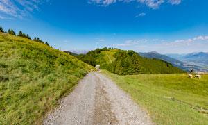 高原山脚道路景观摄影图片