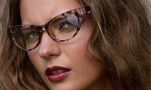 戴玳瑁材质眼镜的美女人物高清原片
