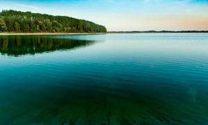 黃昏下的湖泊和山林攝影圖片