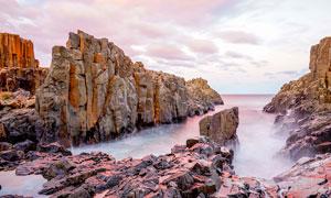 海边岩石和悬崖摄影图片