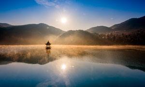 早晨陽光下湖泊美景攝影圖片