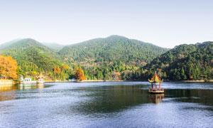 山脚下湖泊和亭子摄影图片