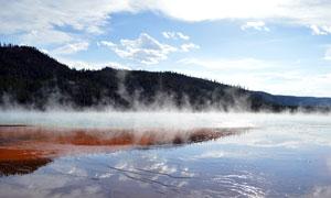 清晨湖泊上的霧氣攝影圖片