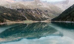 云雾缭绕的山间湖泊高清摄影图片