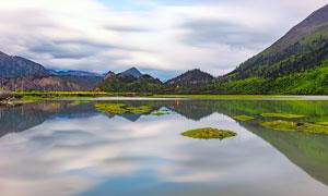 山脚宁静的湖泊美景高清摄影图片