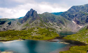 山脚下平静的湖泊摄影图片