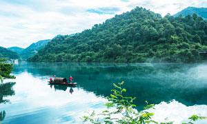 青山腳下美麗的湖泊攝影圖片