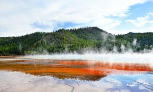 山腳云霧繚繞的湖景風光攝影圖片