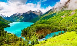 云霧下的山間湖泊美景攝影圖片