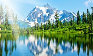 雪山下唯美的湖景攝影圖片