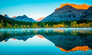 唯美的湖泊和倒影攝影圖片