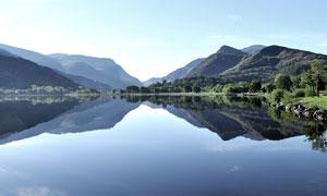 山間美麗的湖泊景觀高清攝影圖片