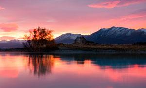 黃昏下寧靜的湖泊美景攝影圖片
