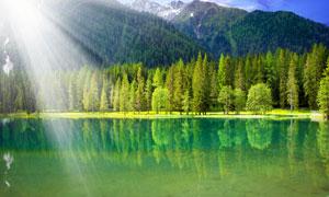 阳光下的山林和湖泊美景摄影图片