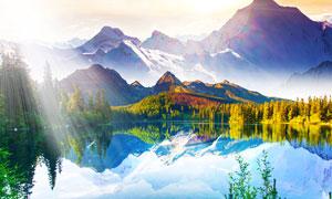 阳光下的山水湖畔摄影图片