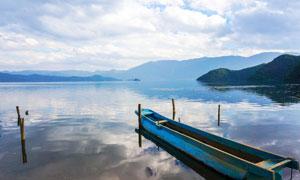 泸沽湖湖边停泊的小舟摄影图片
