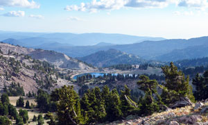 山頂俯瞰山中美麗的湖泊攝影圖片